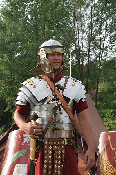 File:Roman soldier in lorica segmentata 1.jpg