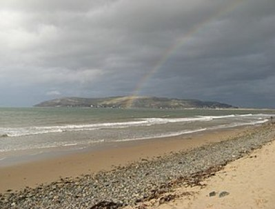 English: Conwy Bay rainbow The light rain is n...
