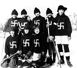 https://i0.wp.com/upload.wikimedia.org/wikipedia/commons/thumb/3/31/Fernie_Swastikas_hockey_team_1922.jpg/256px-Fernie_Swastikas_hockey_team_1922.jpg