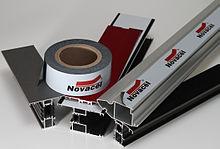 4233 NOVACEL: Negro / blanco película adhesiva 70 micras, para la protección de los perfiles de aluminio, lacado o no, 6 meses resistencia a la intemperie