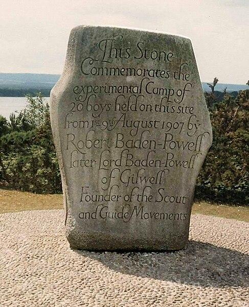 La piedra en la Isla Brownsea, Poole Harbour, Inglaterra, que celebra el primer campamiento scout