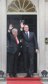 Piñera with David Cameron, Prime Minister of the United Kingdom, outside 10 Downing Street, London.