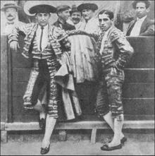 Belmonte (a la derecha) posa junto a Joselito el Gallo en la Plaza de Murcia en abril de 1920.