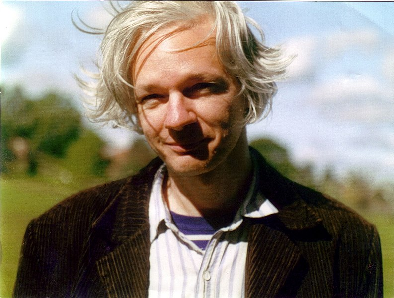 https://i0.wp.com/upload.wikimedia.org/wikipedia/commons/thumb/3/33/Julian_Assange_full.jpg/794px-Julian_Assange_full.jpg