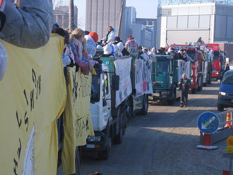 De opgetuigde Penkkarit vrachtwagens