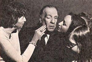 Jorge Luis Borges, escritor argentino, rodeado...