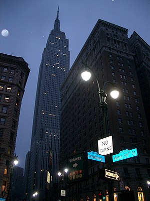 English: The Empire State Building from the st...