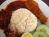 Nasi lemak trên một đĩa