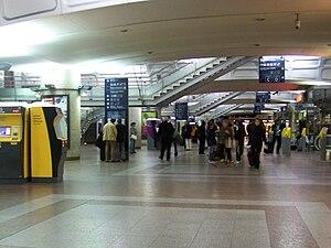 https://i0.wp.com/upload.wikimedia.org/wikipedia/commons/thumb/3/35/Hall_gare_Lyon-Part-Dieu.JPG/300px-Hall_gare_Lyon-Part-Dieu.JPG