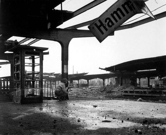 Soldado estadounidense en la estación de tren de Hamm, en el extremo oriental de la Bolsa del Ruhr. 6 de abril de 1945