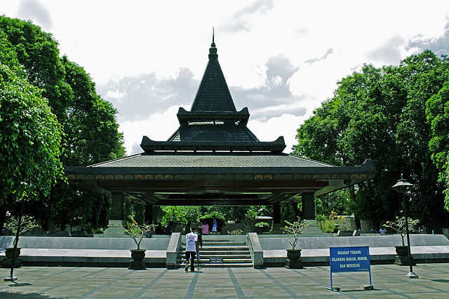 https://i0.wp.com/upload.wikimedia.org/wikipedia/commons/thumb/3/36/Makam_Soekarno.jpg/640px-Makam_Soekarno.jpg