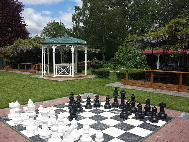 https://i0.wp.com/upload.wikimedia.org/wikipedia/commons/thumb/3/37/Outdoor_chess_set.jpg/640px-Outdoor_chess_set.jpg?ssl=1