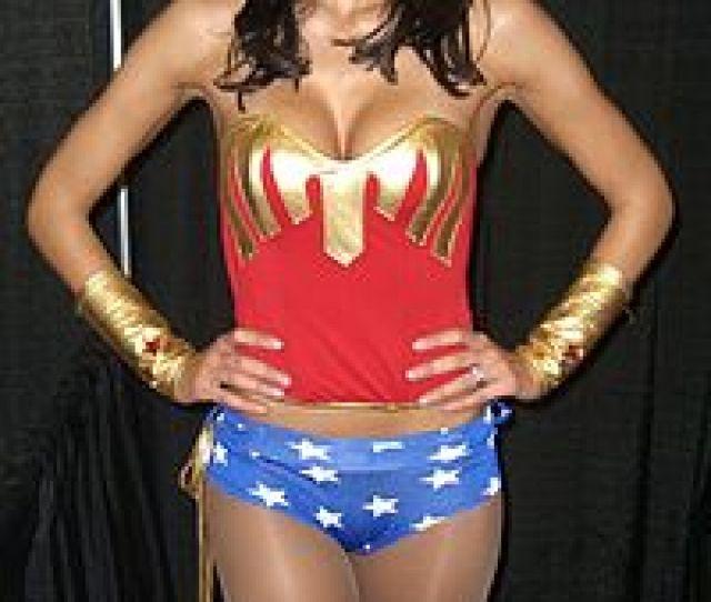 La Ganadora Del Reality Show Americas Next Top Model Adrianne Curry Haciendo Un Cosplay De Wonder Woman