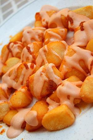 Español: Patatas bravas.