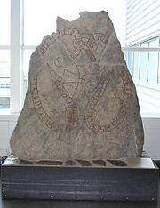 Estela con inscripciones rúnicas en el aeropuerto de Arlanda, Estocolmo (Suecia)