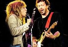 Turer en Clapton, Op het podium, Het Delen Van Een microfoonstandaard, zingen.