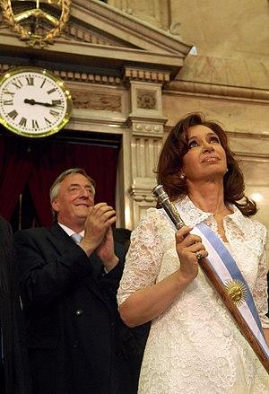 Cristina Fernández de Kirchner con bastón y ba...