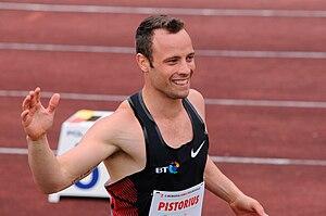 Polski: Oscar Pistorius pozdrawia kibiców po b...