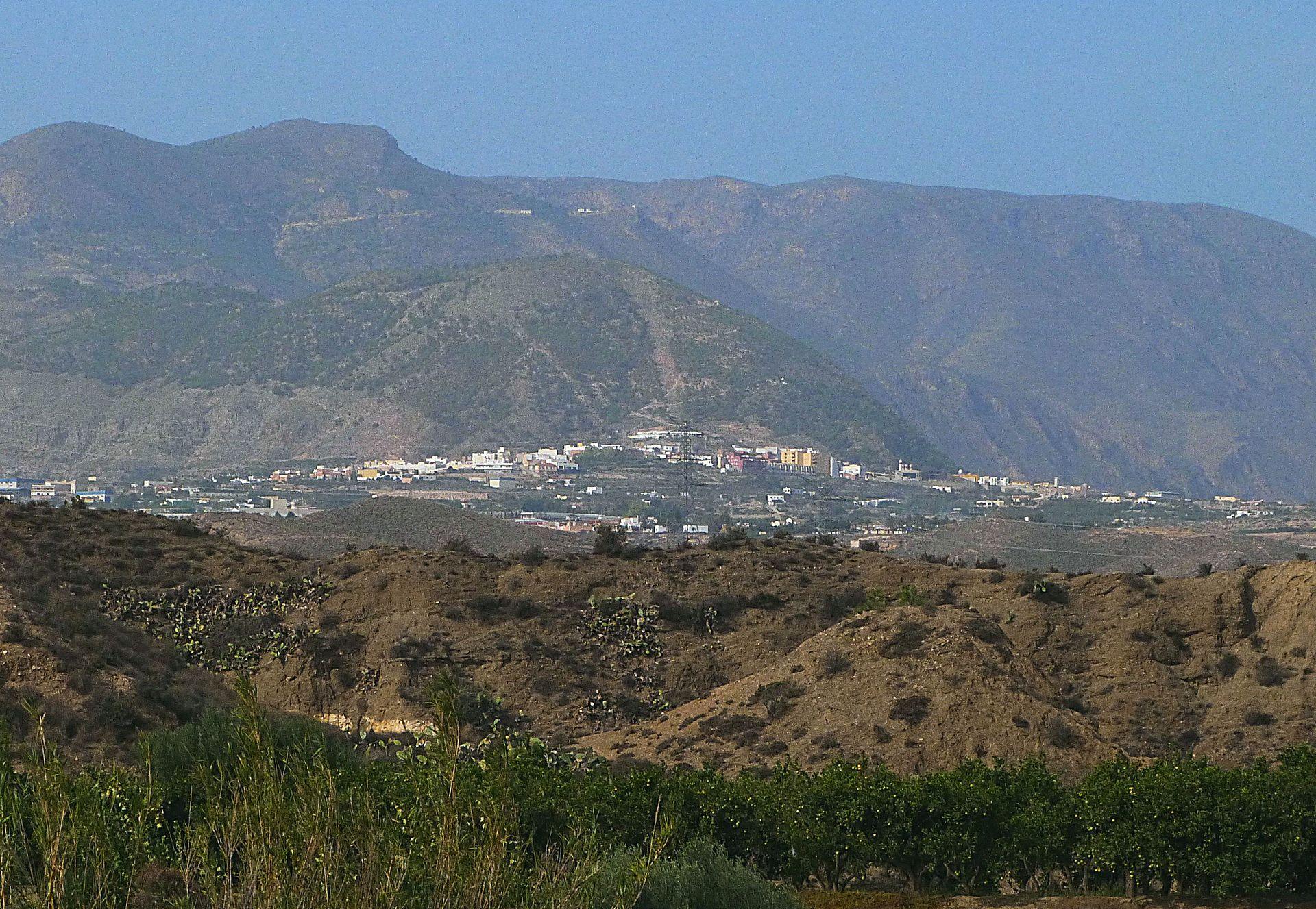 Vue d'ensemble de Alhama de Almería avec le Gádor l'arrière-plan.