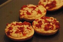 Pizza bagel - Wikipedia