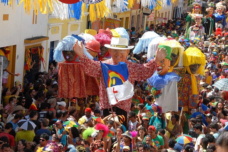 """""""Bonecos de Olinda - Pernambuco, Brasil"""" por Prefeitura de Olinda - Flickr. Licenciado sob CC BY 2.0, via Wikimedia Commons"""