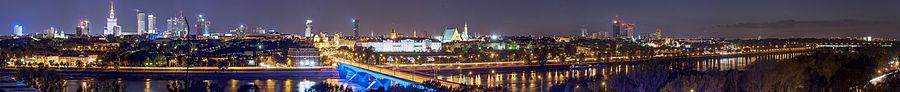 Widok na wieżowce z prawobrzeżnej Warszawy widziane nocą
