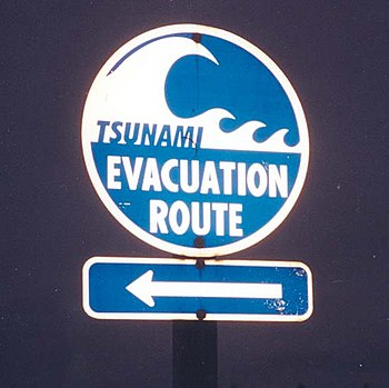English: Tsunami Evacuation Route signage sout...