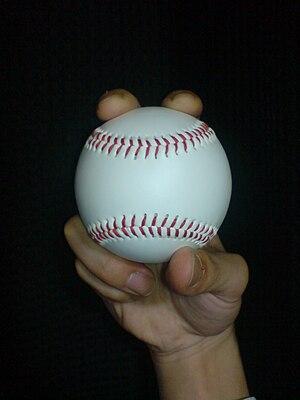 English: two-seam fastball 日本語: ツーシームの握り