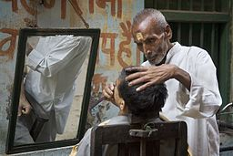 India - Varanasi hairdresser - 0463