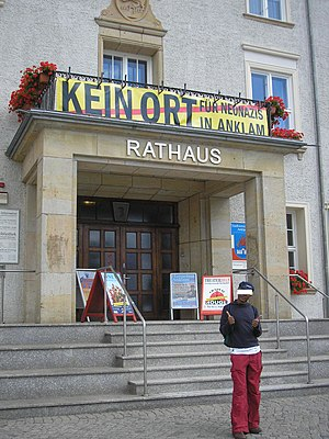 Deutsch: Protest gegen Neonazis. Banner am Rat...