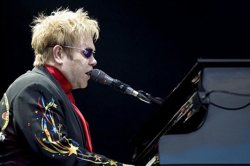 https://i0.wp.com/upload.wikimedia.org/wikipedia/commons/thumb/3/3d/Elton_John_performing%2C_2008_3.jpg/800px-Elton_John_performing%2C_2008_3.jpg