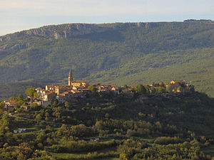 English: The old town of Buzet with the town g...