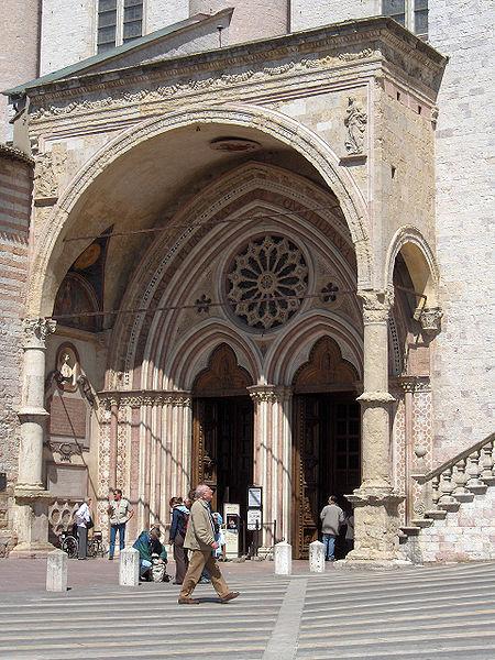 wejście do kościoła dolnego bazyliki św. Franciszka w Asyżu