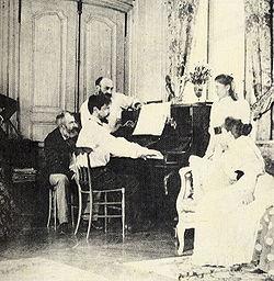 Debussy al piano. Tras él, el compositor Ernest Chausson, 1893