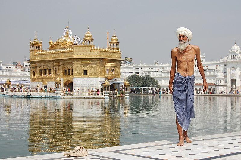 Archivo:Sikh pilgrim at the Golden Temple (Harmandir Sahib) in Amritsar, India.jpg