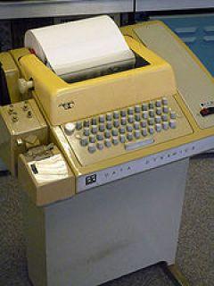 Teletype mit Lochkartenleser und Lochkartenstanzer