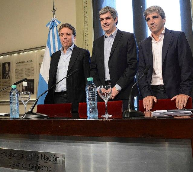 Argentiniens Kabinettschef Peña (Mitte) stellt der Presse die neu ernannten Minister Dujovne (links) und Caputo (rechts) vor