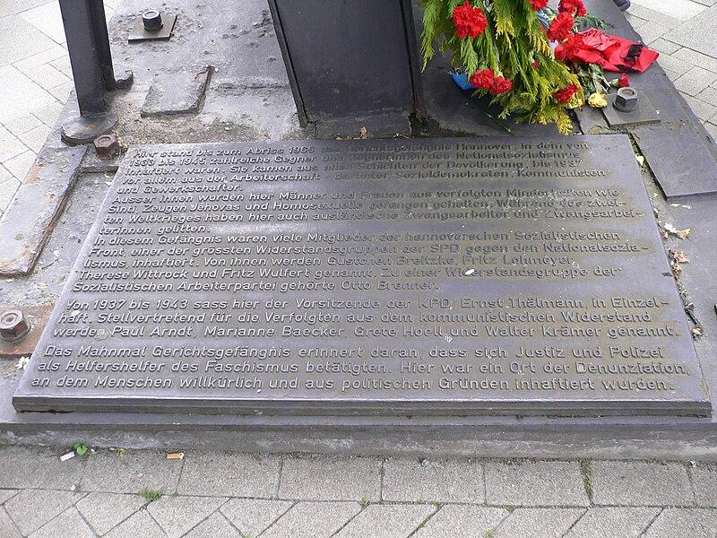 Datei:Mahnmal Gerichtsgefängnis Hannover vor dem Pavillon 8. Mai 1989 Befreiung vom Nationalsozialismus alle Sprachen 004.jpg