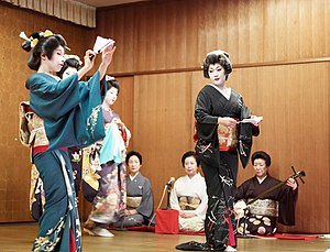 English: Niigata geisha dancing