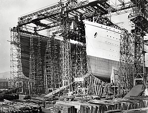 English: RMS Olympic and RMS Titanic under con...