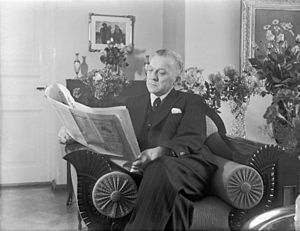 English: Tyko Reinikka reading the newspaper.