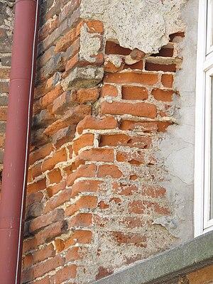 Rozpadající se cihlová stěna (004)
