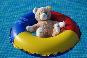 English: teddy bear in swim ring Deutsch: Tedd...