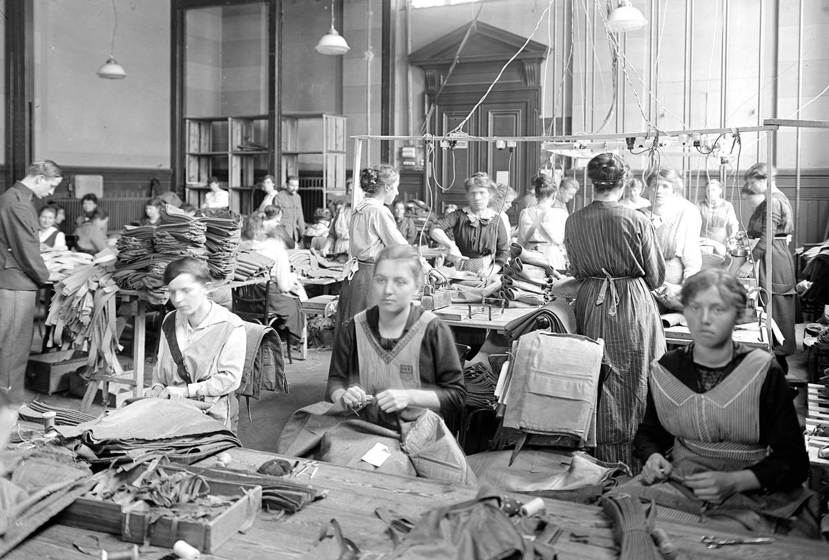 Frauen bei der Arbeit in einer improvisierten Uniformschneiderei - CH-BAR - 3241193.tif