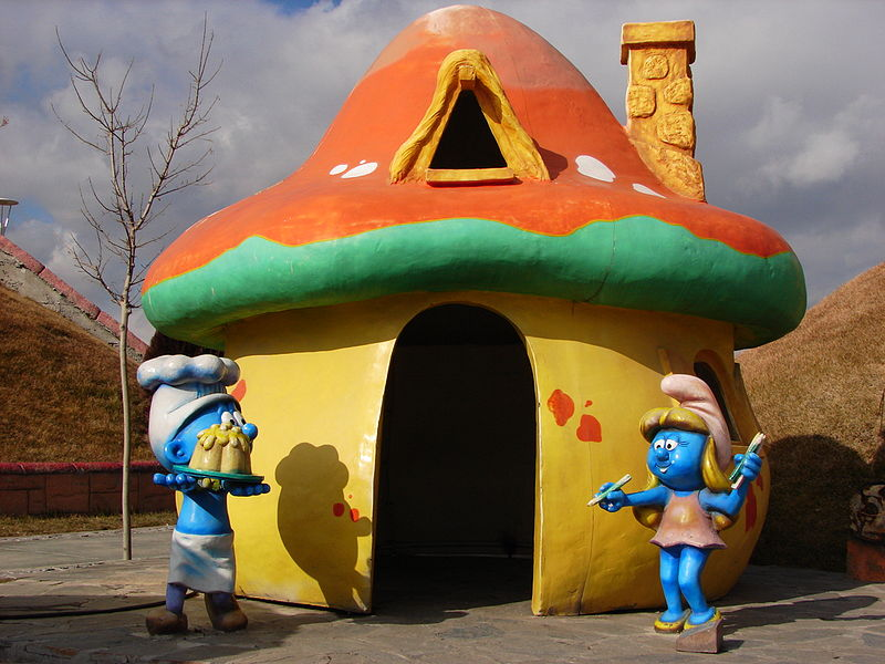 Smurf Cozinheiro e Smurfete na frente de casa