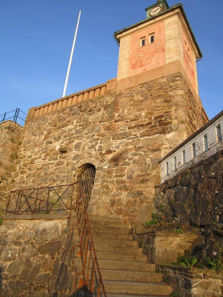 Sveriges första synagoga i Marstrand låg i lokalen innanför gallerdörren.