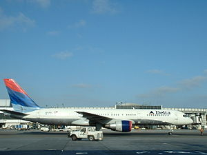 Delta Airlines Boeing 757-232 at Los Angeles I...