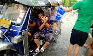 English: People in a tuk-tuk get targeted duri...