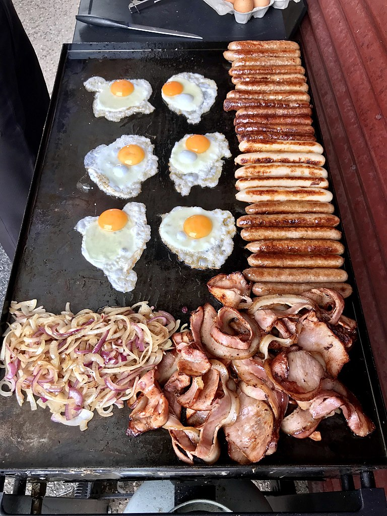 File:Australian BBQ'd breakfast sausages. bacon and fried eggs.jpg - Wikimedia Commons
