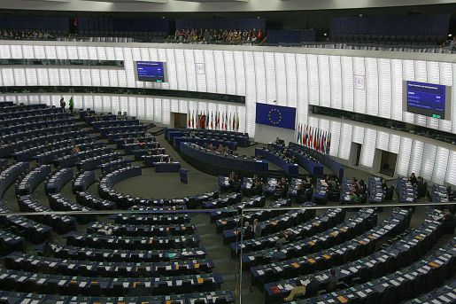 https://i0.wp.com/upload.wikimedia.org/wikipedia/commons/thumb/4/47/Hemicycle_of_Louise_Weiss_building_of_the_European_Parliament,_Strasbourg.jpg/1280px-Hemicycle_of_Louise_Weiss_building_of_the_European_Parliament,_Strasbourg.jpg?resize=515%2C343